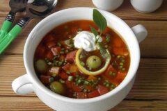 Гороховый суп пюре с мясом и копчёными колбасками