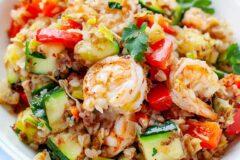 Креветки жареные с гречкой и овощами