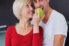 Почему молодые мужчины все чаще выбирают отношения с женщинами постарше.