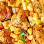 Жареные куриные ножки с картофелем, луком-пореем и морковью.