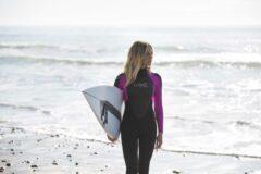 9 самых известных и красивых девушек серфингисток в мире